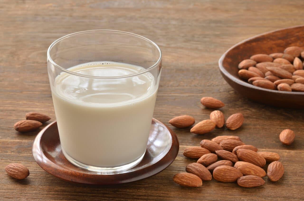 Frische Mandelmilch im Glas